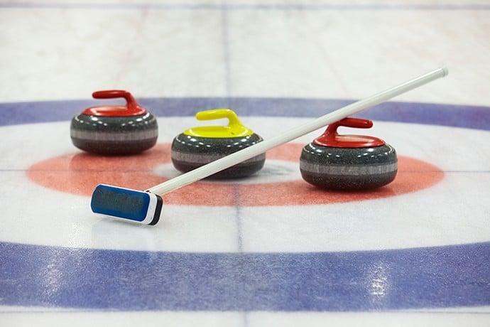 Les pierres et balai utilisés au curling